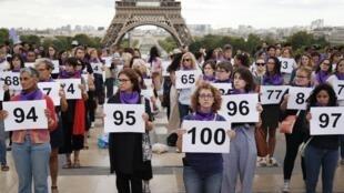 Manifestação organizada pelo grupo feminista #NousToutes, em Trocadero, em frente à Torre Eiffel, em Paris, para denunciar o 100º feminicídio do ano, em 1º de setembro de 2019.