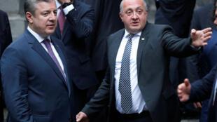 Грузинский президент Георгий Маргвелашвили (справа) и премьер-министр Георгий Квирикашвили на церемонии по случаю дня независимости Грузии. Тбилиси, 26 мая, 2018 г.