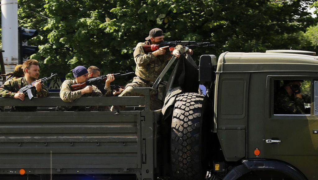 Separatistas pro-russos perto do aeroporto de Donetsk, na Ucrânia.