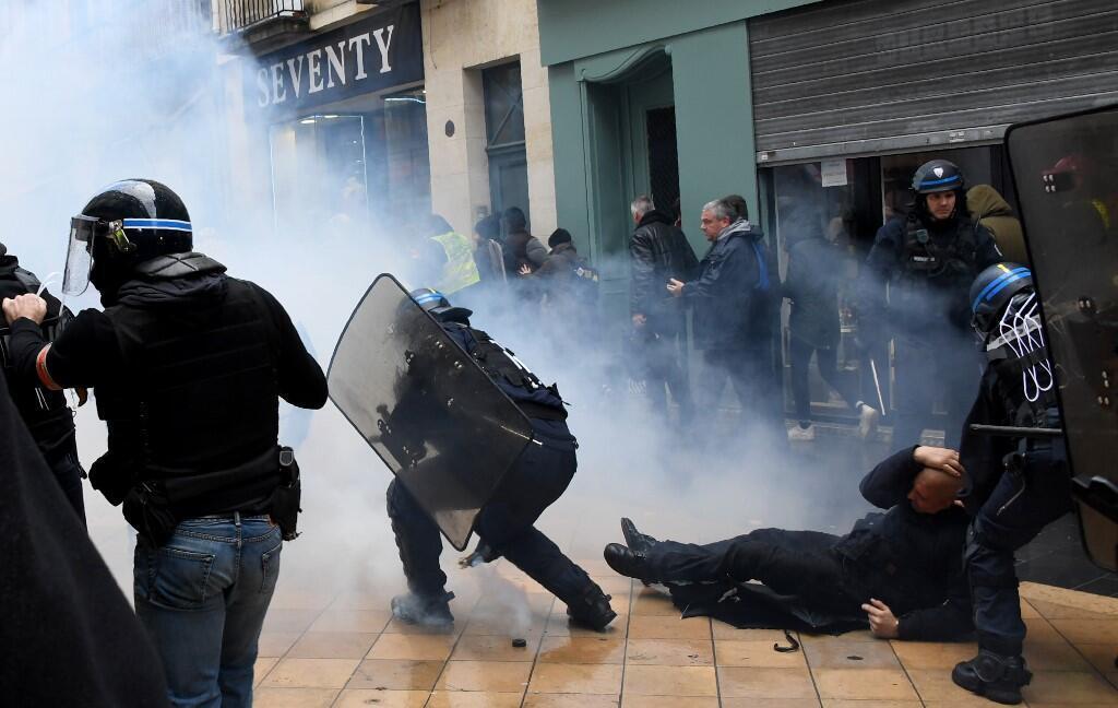 Dois polícias a deter um manifestante, a 16 de Novembro 2019, em Bordéus.