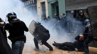 Des policiers retenant un manifestant, le 16 novembre 2019, à Bordeaux, pour le premier anniversaire du mouvement des «gilets jaunes».