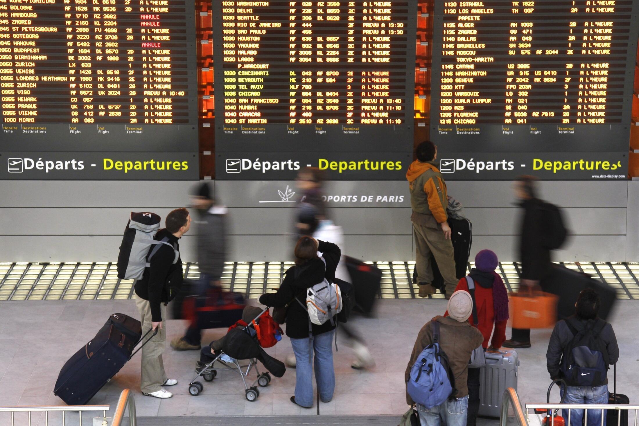 Passageiros no aeroporto Roissy Charles de Gaulle, em Paris, para onde o avião da TAM teve que retornar após 1h30 de voo.