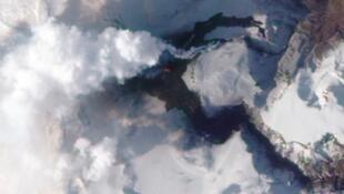 埃亞菲亞德拉火山的裂口噴出滾滾煙塵 (15/4/2010)
