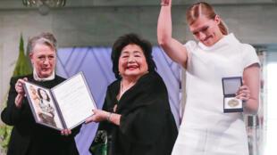 L'Ican, représentée par la survivante d'Hiroshima Setsuko Thurlow (au centre) et sa directrice Beatrice Fihn (D) reçoivent officiellement le prix Nobel de la paix à Oslo, le 10 décembre 2017.