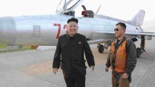 Lãnh đạo Bắc Triều Tiên Kim Jong Un viếng đơn vị không quân 188. Ảnh công bố ngày 22/04/2014.