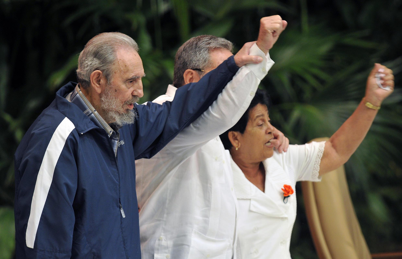 Fidel Castro soulève le bras de son frère lors de son élection au poste de Premier secrétaire du PCC, Raul, à l'issue du VIe congrès du parti, le 19 avril 2011.