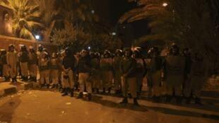 Les forces de sécurité font barrage devant le siège de la Sureté de l'Etat à Suez, le 4 février 2012.