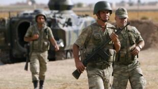 Des soldats turcs postés à la frontière avec la Syrie, après que les premiers obus sont tombés sur  le village d'Akcakale, le 5 octobre 2012.