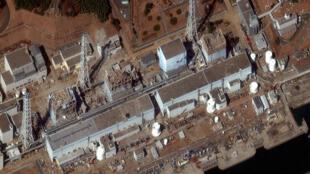 Vue aérienne de la centrale nucléaire de Fukushima-Daiichi montrant les toits des réacteurs 5 et 6 percés, le 18 mars 2011.
