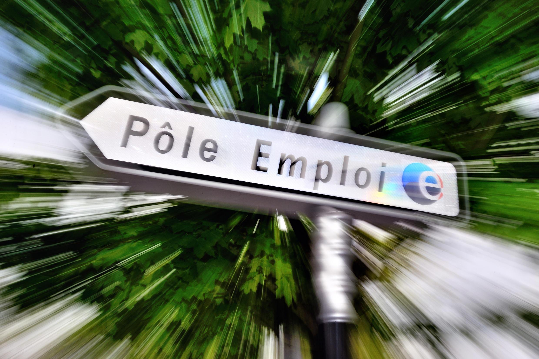 Знак, указывающий дорогу, к французскому агентству занятости Pôle Emploi