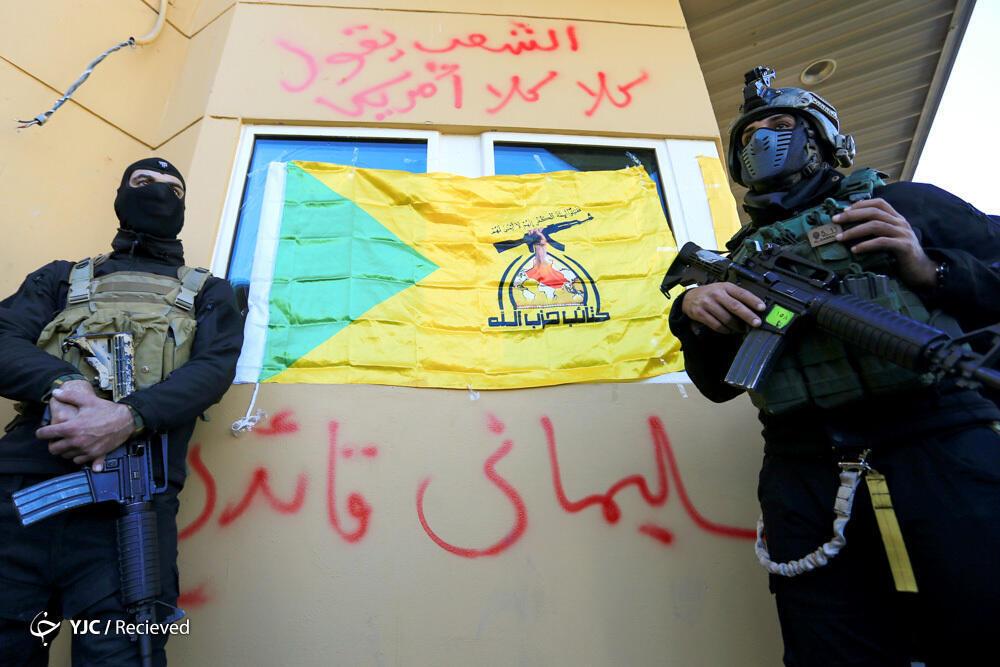 در واکنش به کشته شدن قاسم سلیمانی، فرمانده سپاه قدس در حملات هوایی آمریکا و هدف قرار گرفتن مواضع حشدالشعبی، نام وی توسط معترضان بروی دیوار سفارت آمریکا در بغداد نوشته شد.