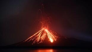 ភ្នំភ្លើង Anak Krakatoa ជាភ្នំមួយ ក្នុងចំណោមភ្នំភ្លើង១២៧ នៅឥណ្ឌូនេស៊ី