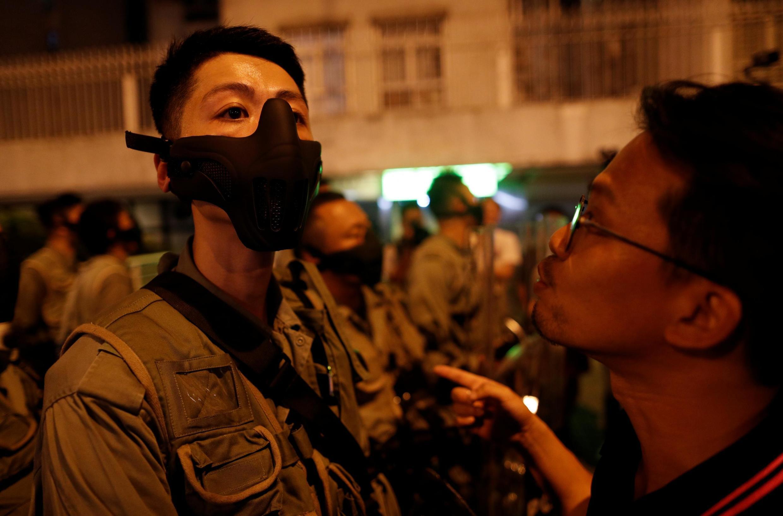 Người biểu tình Hồng Kông đối đầu cảnh sát tại trạm metro Thái Cổ (Taikoo) ở Hồng Kông, ngày 03/10/2019.