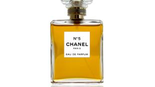 Le mythique flacon de parfum n°5, de Chanel.