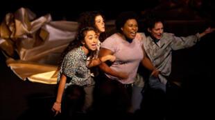 Photographie du spectacle «Désobéir» avec Lou-Adriana Bouziouane, Charmine Fariborzi, Hatice Ozer et Séphora Pondi.