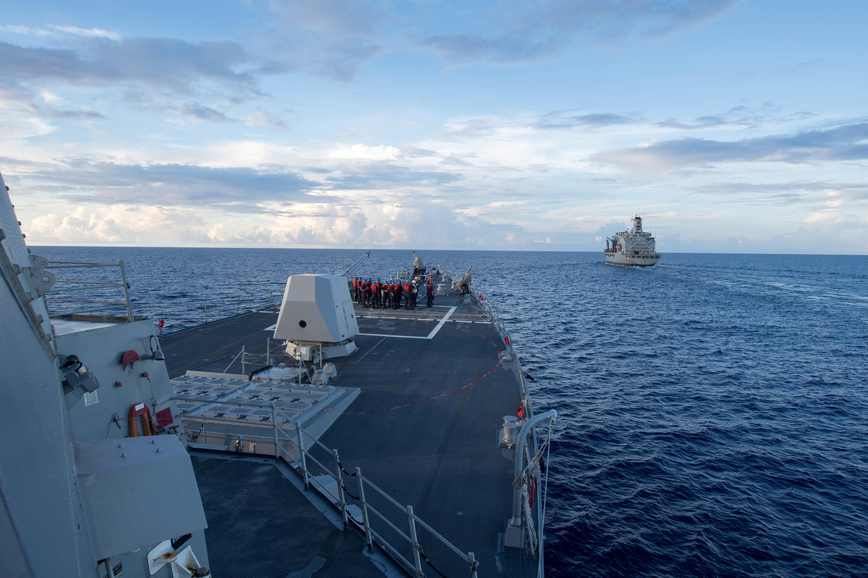 美國杜威號導彈驅逐艦正在等待補給2017年5月19日南海