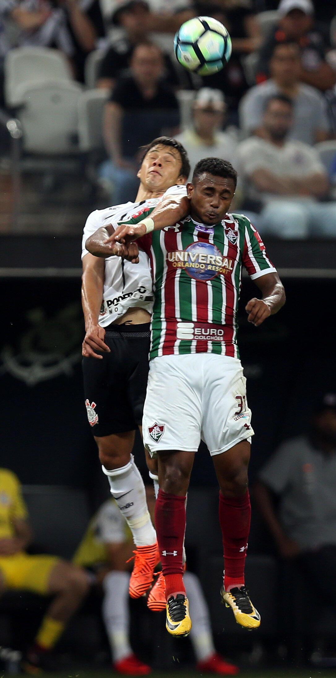 Wendel do Fluminense em disputa de bola com Villamayor do Corínthians.