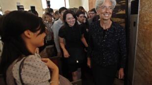 A ministra francesa da Economia, Christine Lagarde, em visita na China, procura apoio para liderar o FMI.