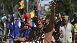 Les manifestants, membres de la commaunauté indigène de Colombie, se dirigent vers Cali (sud-ouest), le 12 octobre 2020, pour exiger de rencontrer le président Ivan Duque.