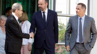 Le Premier ministre français Édouard Philippe serre la main de Jean-Guy Talamoni, le président de l'Assemblée de Corse, aux côtés de Gilles Simeoni, président du Conseil exécutif corse, le 3 juillet 2019 à Bastia.