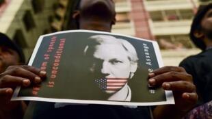 """کوریه انترناسیونال، در شماره این هفته گزیدهای از نشریه """" نیویورک تایمز"""" را به چاپ رسانده که به موضوع محکومیت جولین آسانژ، بنیانگذار ویکیلیکس پرداخته است. به نوشته این نشریه و به نقل از نیویورک تایمز، محکومیت جولین آسانژ به معنی محکومیت مطبوعات آزاد میبا"""