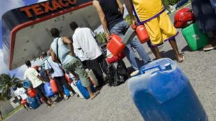 Des Guadeloupéens se ravitaillent juste après la réouverture des pompes à essence, le 3 février 2009.