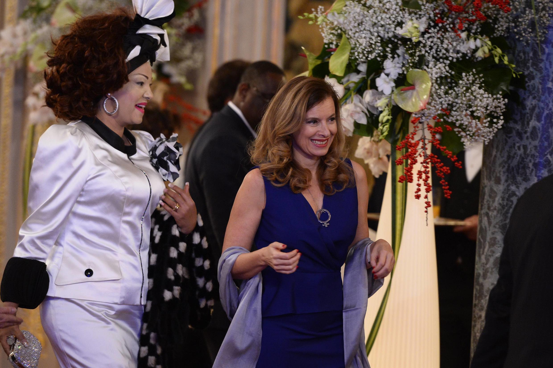 La première dame française, Valérie Trierweiler, et son alter ego camerounaise Chantal Biya arrivent au dîner au palais de l'Elysée, le 6 décembre 2013.