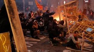 بر اساس گزارشهای به دست رسیده، تظاهرکنندگان به سوی پلیس ضد شورش سنگ پرتاب کردهاند و پلیس هم در پاسخ از گاز اشک آور و گلوله های لاستیکی استفاده کرده است.
