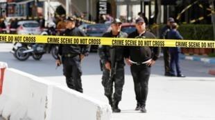 Des policiers sur le lieu de l'attentat qui visait l'ambassade des États-Unis à Tunis le 6 mars 2020.