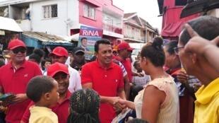 Le candidat aux municipales d'Antananarivo Rina Randriamasinoro effectue du porte-à-porte avec son équipe de campagne, dans les bas quartiers du 5ème arrondissement, le 16 novembre 2019 à Madagascar.