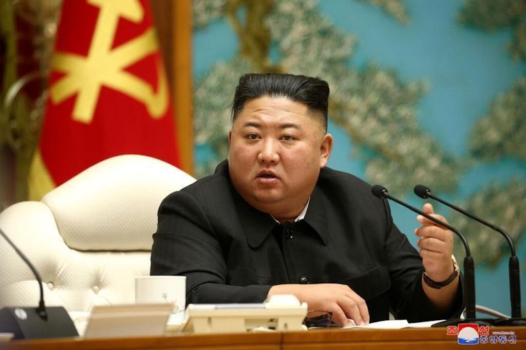 Kiongozi wa Korea Kaskazini Kim Jong Un azungumza wakati wa Mkutano wa 19 wa kamati ya Kisiasa ya Kamati Kuu ya 7 ya WPK;