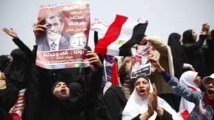 Partidários do candidato dos Irmãos Muçulmanos, Mohamed Morsi, se manifestaram na segunda-feira(18) na Praça Tahrir, no Cairo.