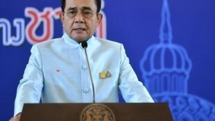 En pleine crise économique et face aux manifestations étudiantes qui durent depuis plusieurs semaines, la Thaïlande reporte l'achat de deux sous-marins chinois dont la transaction devait s'élever à 600 millions d'euros.