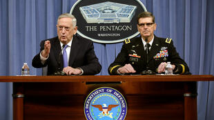 Bộ trưởng Quốc Phòng Mỹ, tướng James Mattis (T) và tướng Joseph Votel, chỉ huy trưởng quân đội Mỹ trong buổi họp báo tại Lầu Năm Góc.