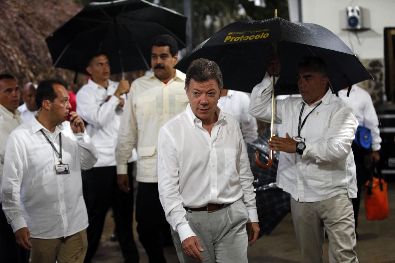 El presidente colombiano, Juan Manuel Santos, al abandonar la reunión con su colega venezolano, Nicolás Maduro, en Puerto Ayacucho, el 22 de julio de 2013.