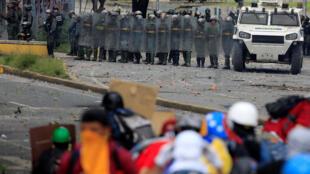 Militares tentam conter manifestantes nas ruas de Caracas.