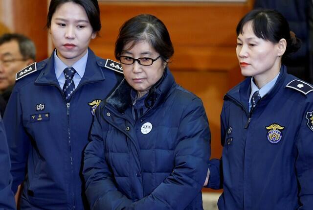 Choi Soon-sil (C), a mulher no centro do escândalo político sul-coreano e amiga de longa data da ex-presidente Park Geun-hye, em janeiro de 2017.