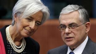 Christine Lagarde, diretora-gerente do FMI, ao lado de Lucas Papademos, primeiro-ministro da Grécia.
