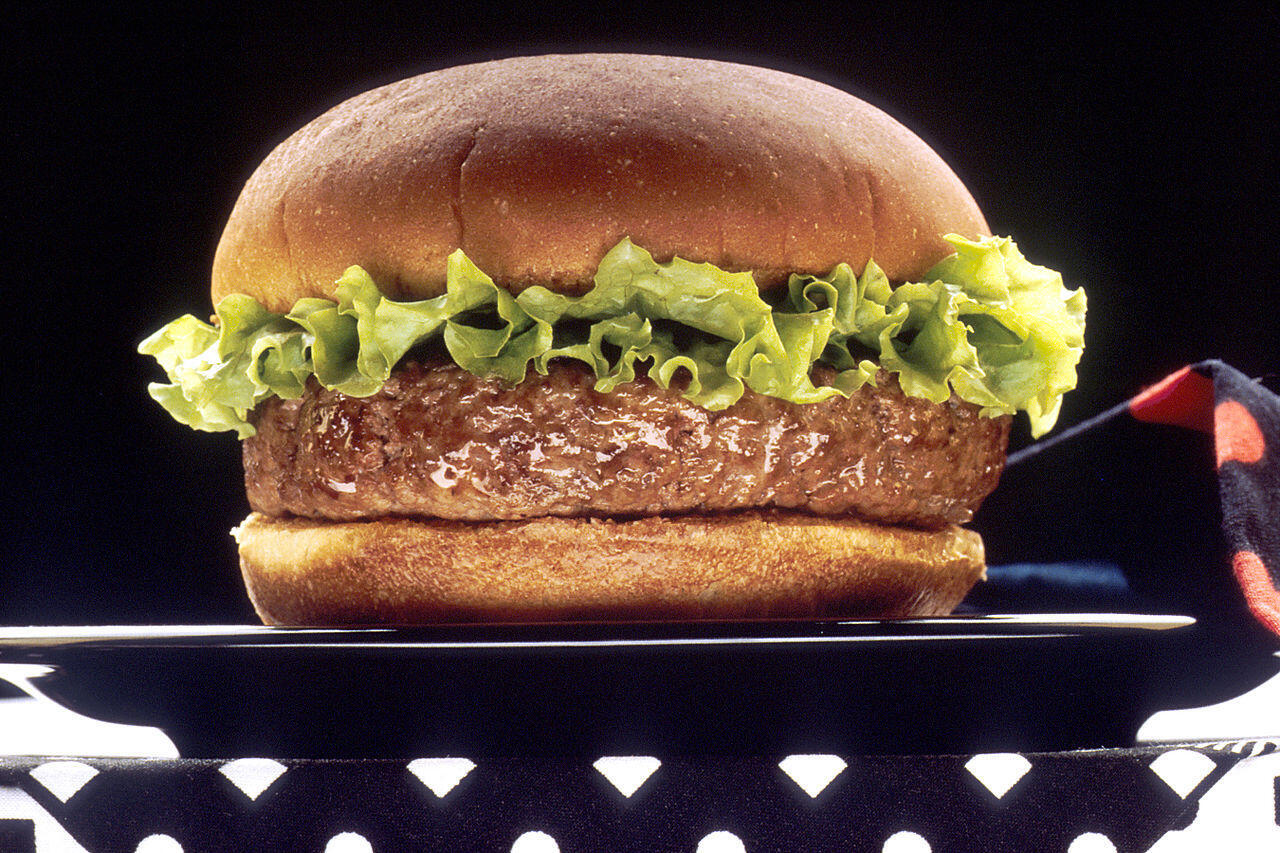 A carne embutida, como a presente em hamburgers, provoca câncer, afirma relatório de agência da Organização Mundial da Saúde.