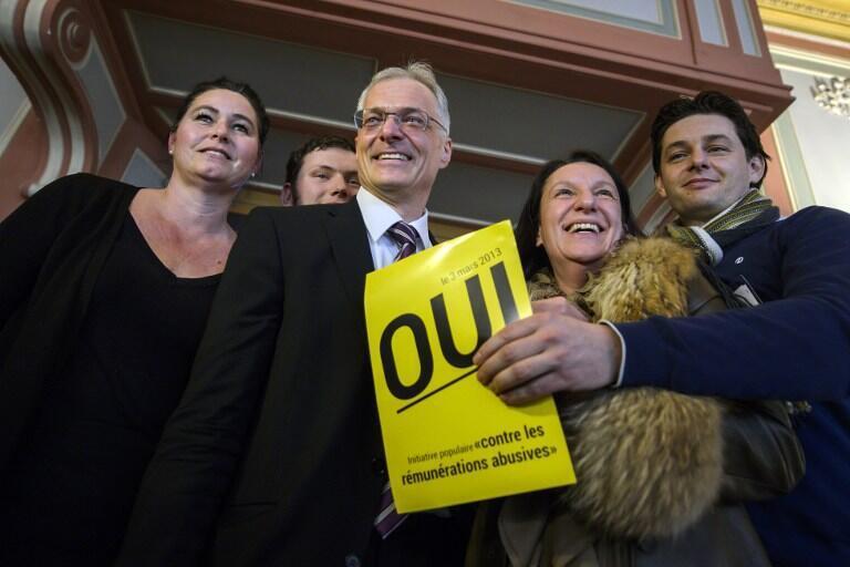 Le sénateur Thomas Minder (au centre), l'initiateur du référendum suisse contre les remunérations abusives, voté à 68%, savoure sa victoire, le 3 mars 2013.