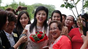 Cựu thủ tướng Thái Lan Yingluck Shinawatra và những người ủng hộ khi bà ra Tòa Án Tối Cao  hôm 18/05/2016.