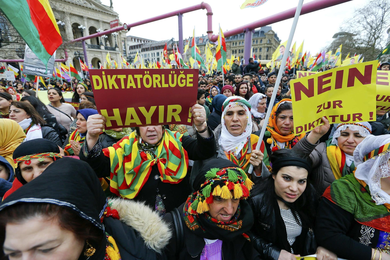 """Người Kurdistan tại Frankfurt, Đức biểu tình với khẩu hiệu """"Không độc tài"""" phản đối chính quyền của tổng thống Erdogan ngày 18/03/2017."""