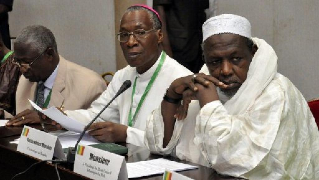Monseigneur Jean Zerbo (C), archevêque de Bamako.