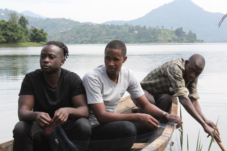 Dieuveil Malonga (à gauche) va chercher ses produits frais avec ses apprentis chefs dans la région des lacs jumeaux, au Rwanda.
