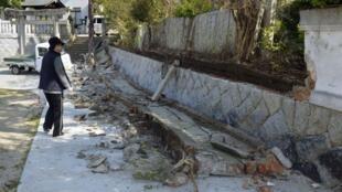 Muro de um templo após tremor neste sábado, em Sumoto, no oeste do Japão.