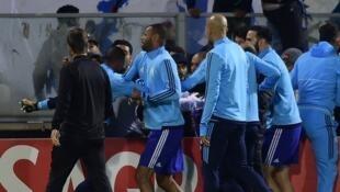 Le défenseur de l'Olympique de Marseille, Patrice Evra, a asséné un coup de pied spectaculaire à un supporter qui le prenait à partie avant le match d'Europa League contre Guimaraes (Portugal), le 2 novembre 2017.