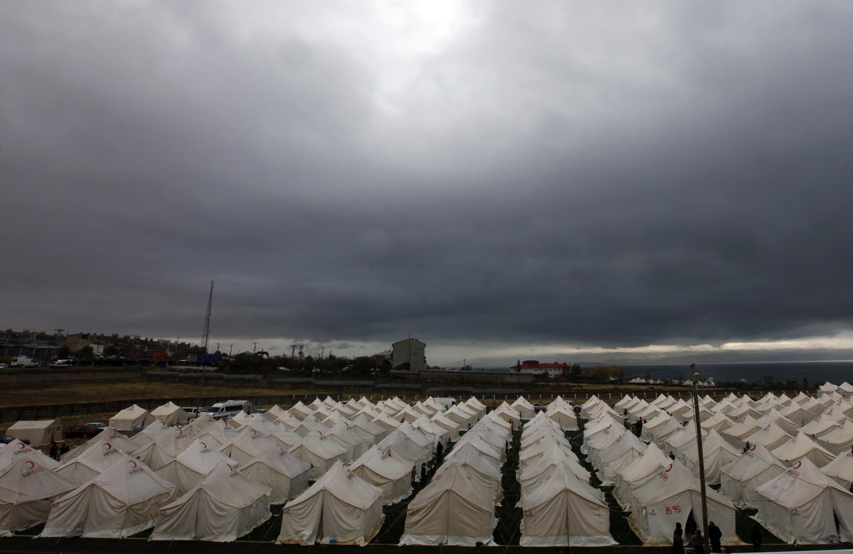 A Cruz Vermelha armou tendas para os sobreviventes do terremoto da Turquia, em Van.