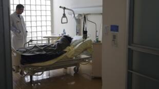 巴黎近郊一家医院的临终治疗小组的病房。