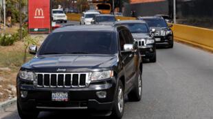 Un cortège de 4x4 a quitté ce jeudi 21 février la capitale vénézuélienne en direction de la frontière avec la Colombie.