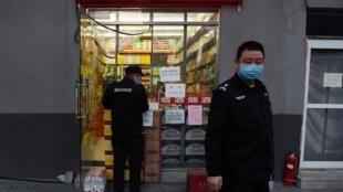 Des gardes portant un masque en guise de mesure de sécurité face au coronavirus. (Image d'illustration)